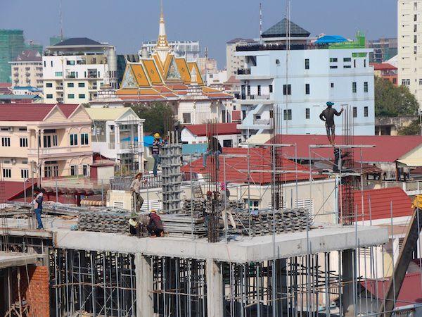世銀、急成長のカンボジアの経済リスクを警告