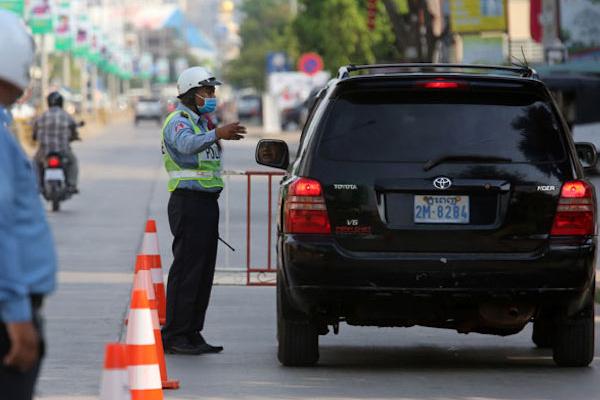 プノンペン警察、交通警察に不正行為を警告