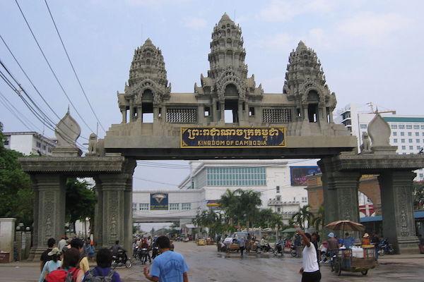 カンボジア:国境閉鎖で人身売買が増加
