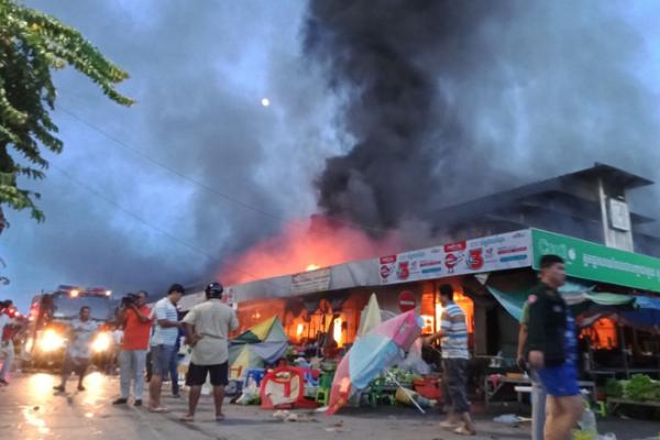バッタンバン最大の市場で火災発生