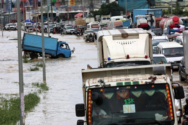 カンボジア:大雨と鉄砲水で主要道路が通行止めに