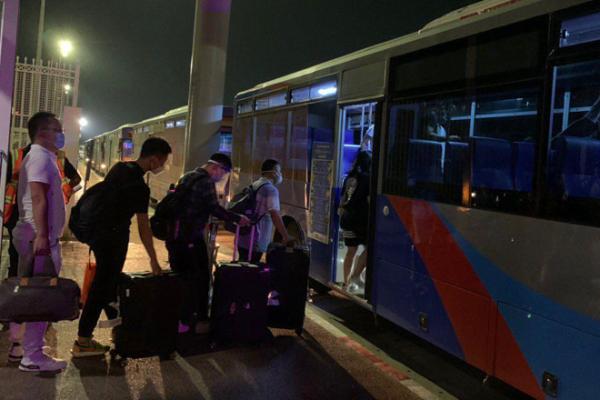 空港から隔離施設へ向かうバスから中国人が脱走、動画拡散される