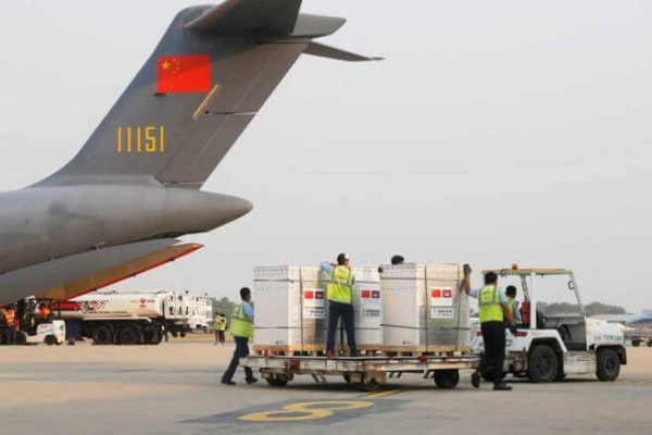 中国製ワクチン60万回分がカンボジアに到着