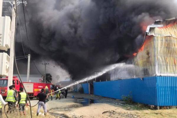 プノンペンのマットレス倉庫で火災、建物・マットレス500枚全焼