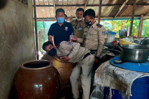 米や薬草から作られた酒を飲み13人が死亡、11人を逮捕