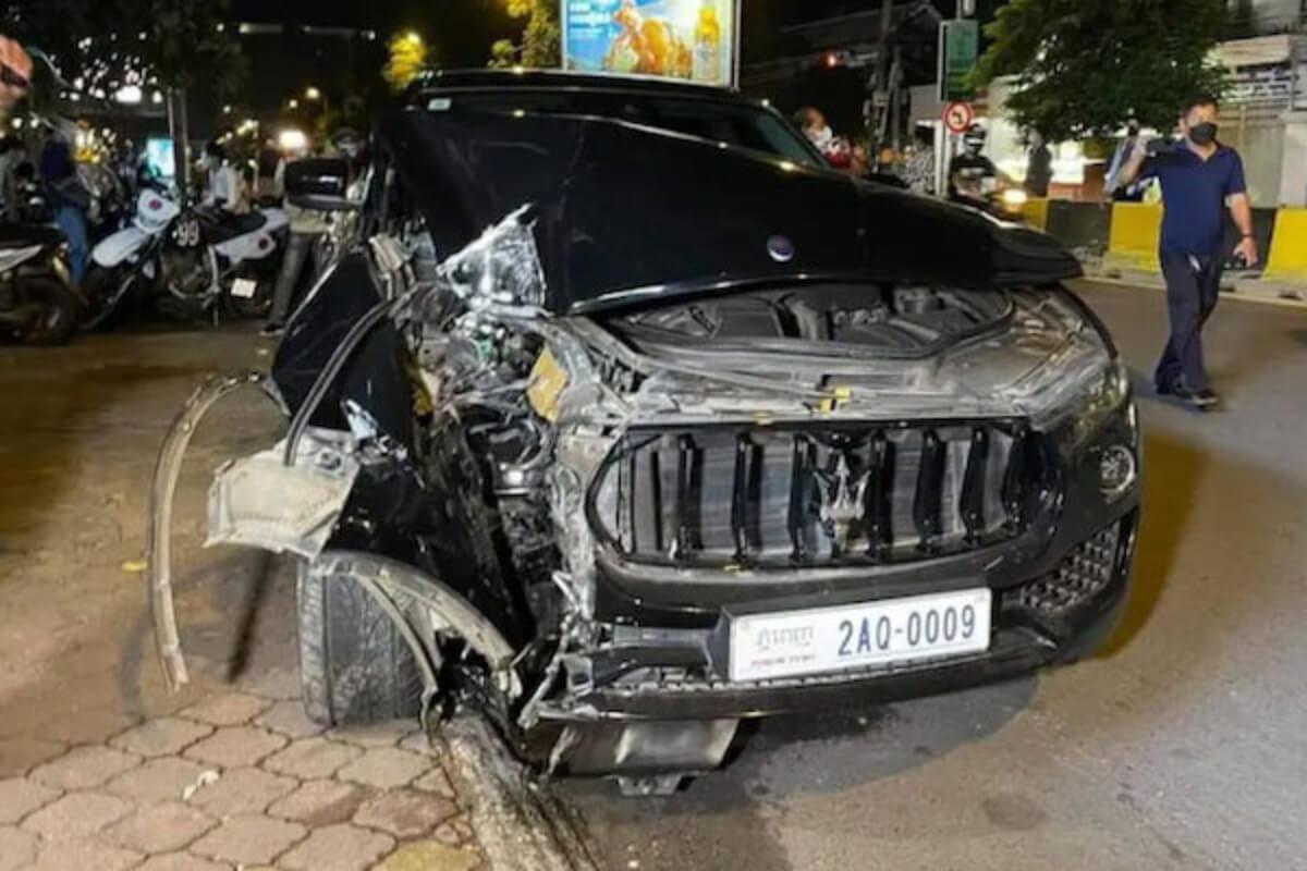 プノンペンで高級車が信号柱に衝突、運転手らが逃走