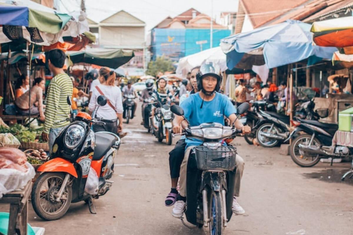 カンボジア、プチュンバン中の交通事故で14人死亡、64人負傷