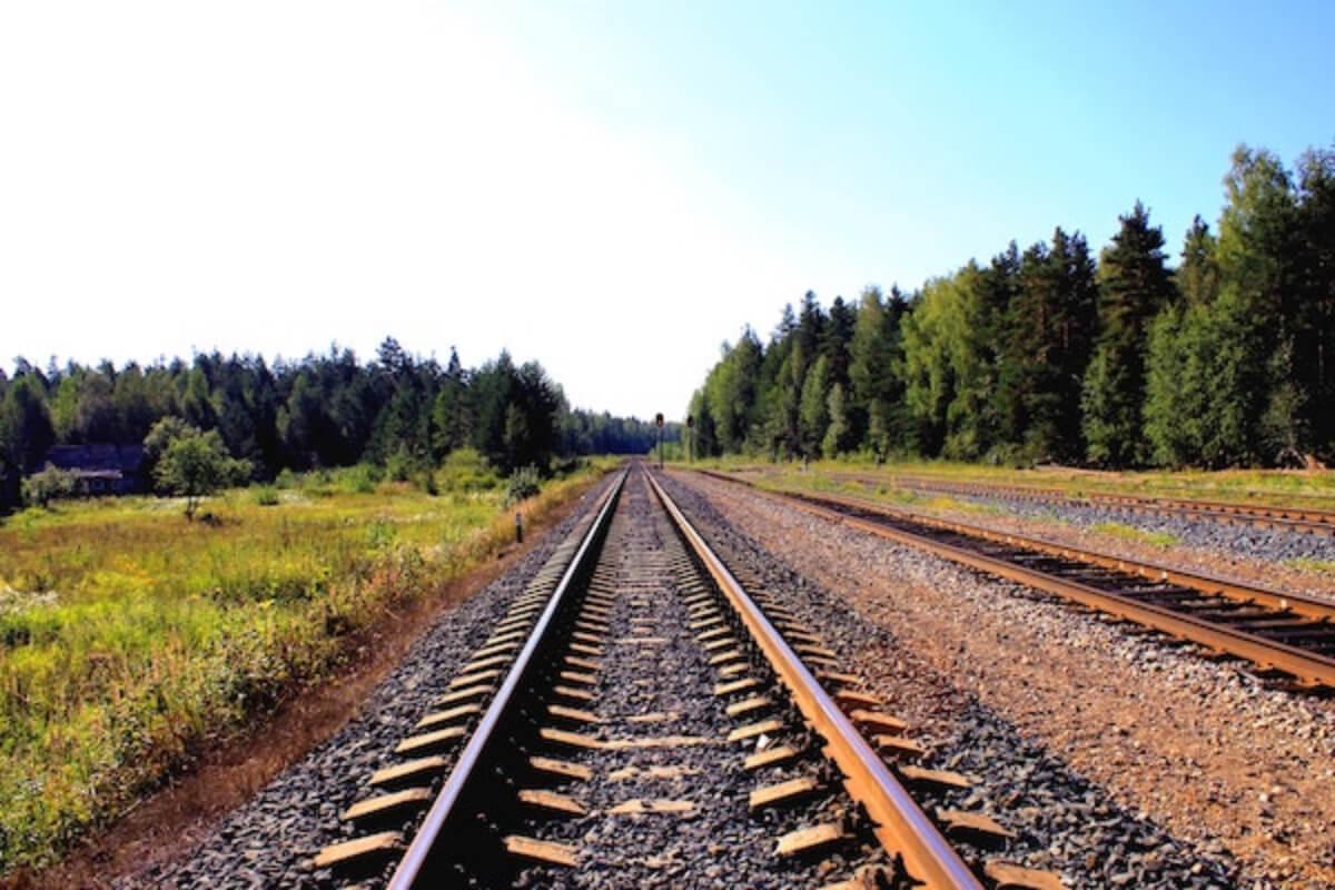 15歳少年が線路で睡眠、電車が通り両足・左手失う