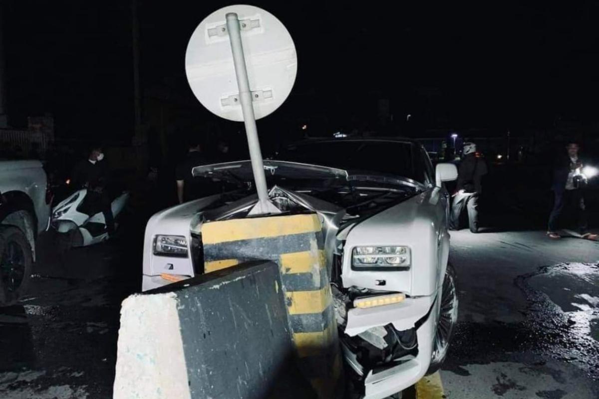 高級車・ロールスロイスが中央分離帯に衝突 プノンペンで
