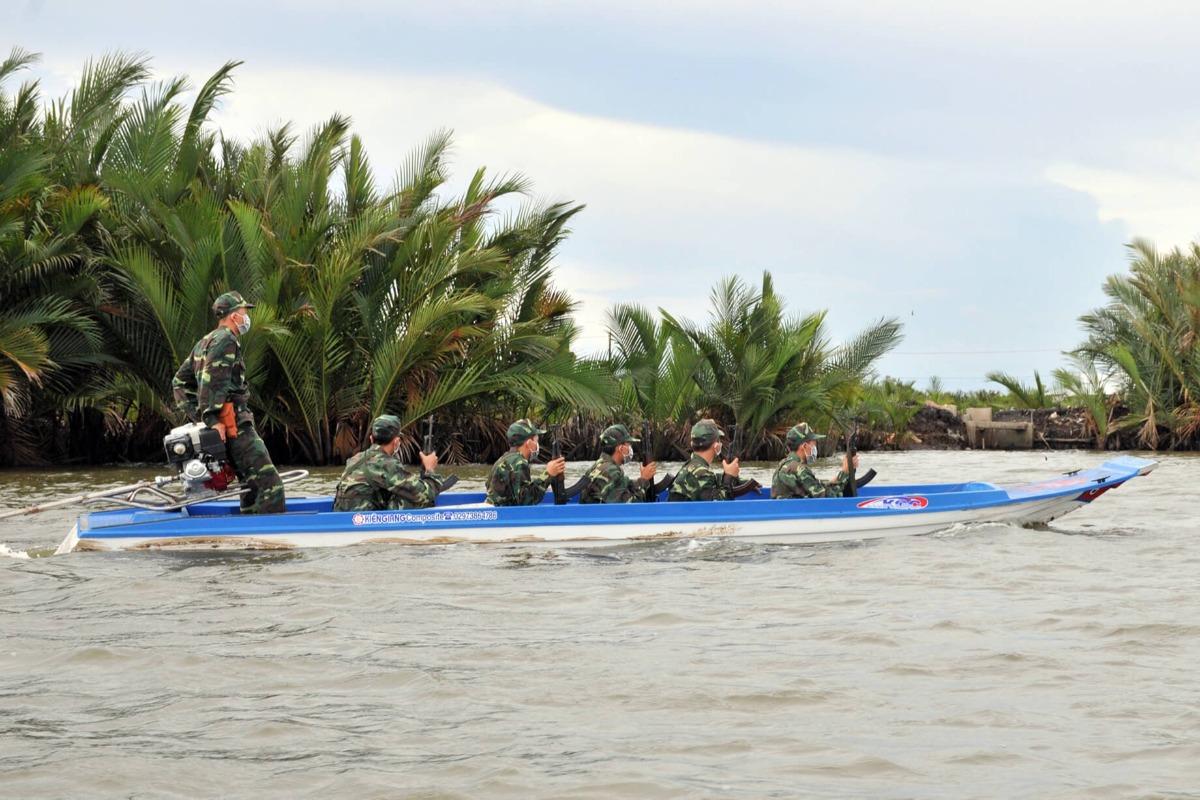 カンボジアからベトナムへボートで不法入国 8人逮捕