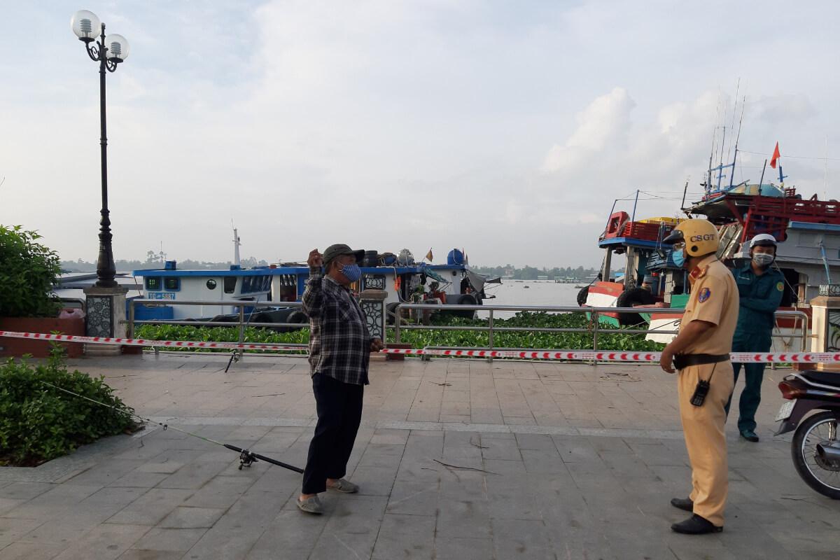 規定を破り屋外で運動の男性、警察に見つかり川へ飛び込み逃走