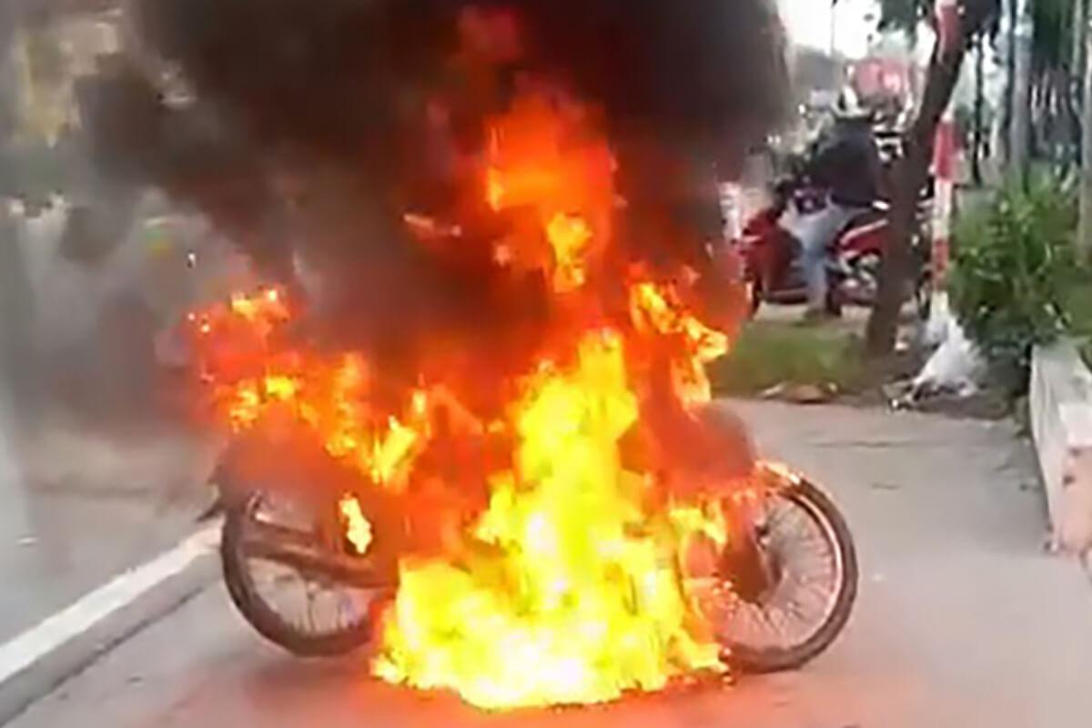 検問で罰金科され逆上、男性がバイクに火つける:ビンズオン