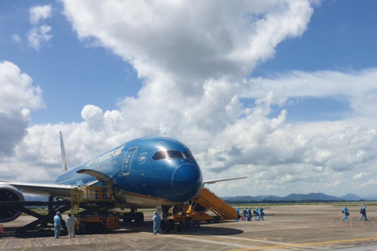 ワクチンパスポート第1便がベトナム到着、日本から297人搭乗
