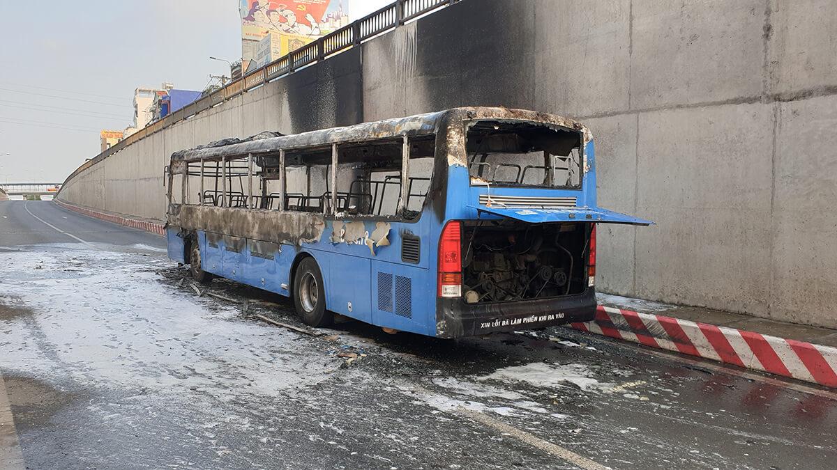 ホーチミン12区でバスが激しく炎上