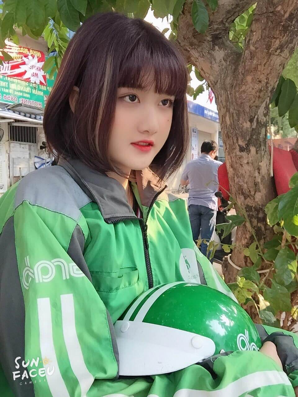 ベトナムのグラブバイクの運転手が美しいと話題に